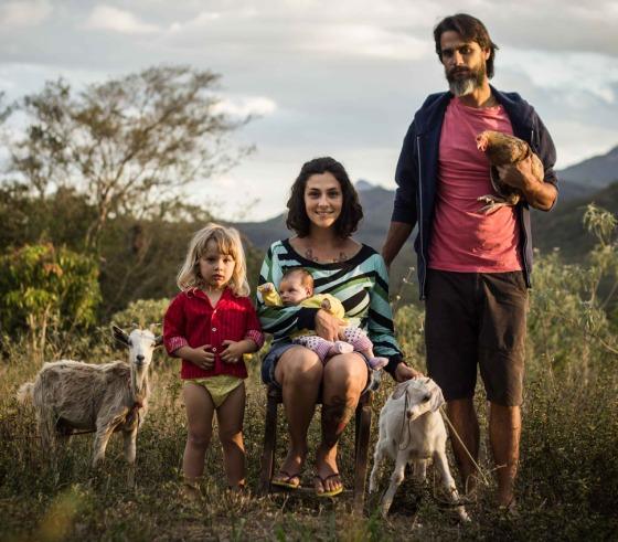 Manu, Hugo, Tomé, Nina, as cabras e a galinha
