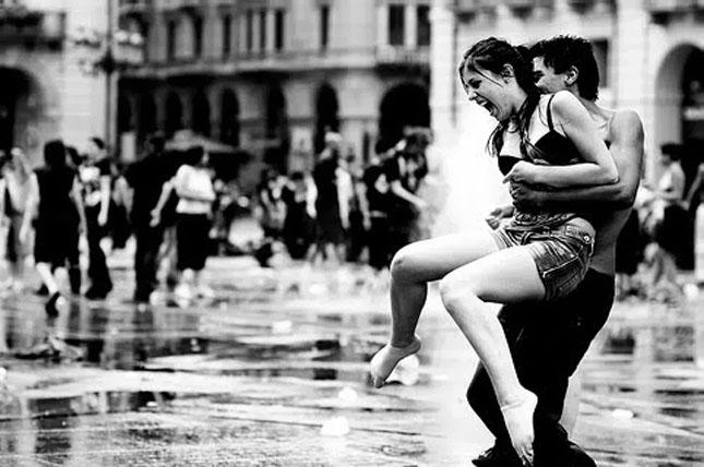 black-and-white-couple-happy-igottapeenow.tumblr.com-love-rain-Favim.com-101247